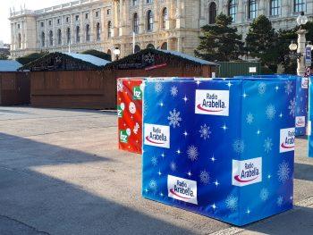 Verkleidete Sicherheitsbarrieren von TIBA Austria sorgen für stimmungsvolles Genießen am Weihnachtsmarkt.