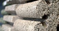 Die poröse Oberflächenstruktur von Holzbeton