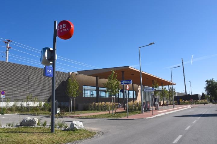 Lärmschutzverbauung entlang des neu errichteten Bahnhofs Münchendorf